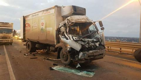 Два грузовика столкнулись на мосту в районе Пристанного
