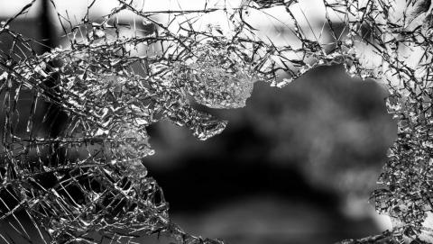 Молодого человека задержали за разбитое окно и кражу телефона с паспортом