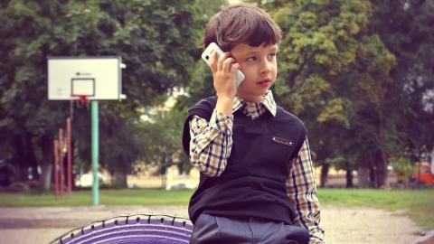 Интернатовец попросил телефон у четвероклассника и не вернул его