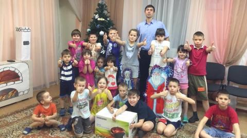 Саратовские следователи посетили детский праздник и подарили пылесос