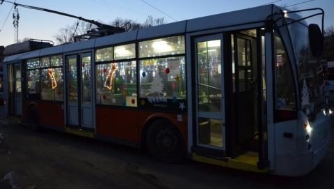 В Саратове запущен новогодний троллейбус