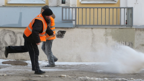 Около 200 единиц спецтехники чистят Саратов от снега