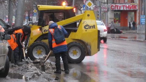 Городские улицы расчищают от снега и наледи