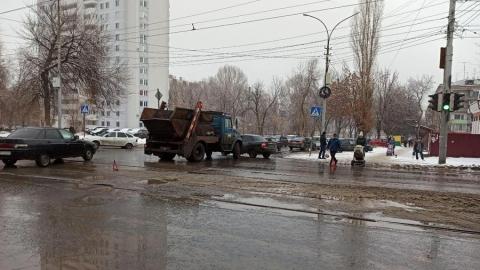 Мусоровоз снес «Приору» в Заводском