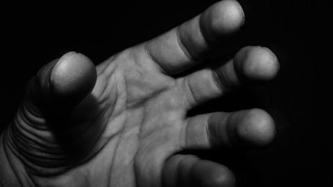 Соцсети ищут свидетелей нападения на девушку