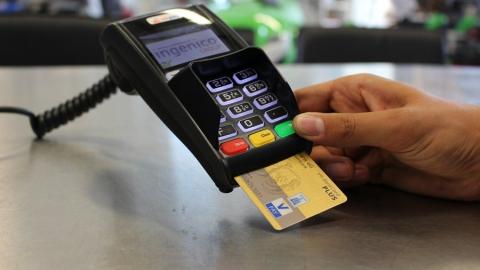 Банки стали взимать комиссии за переводы по номеру телефона