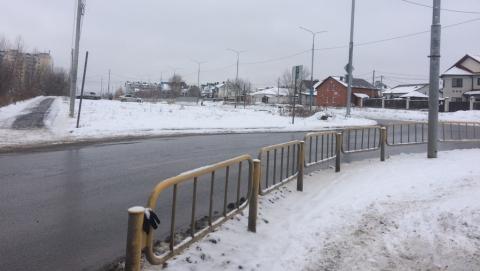 Сорванный ветром знак на переходе перед школой и детским садом так и не вернули на место