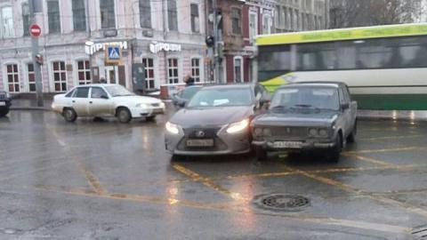 """Lexus столкнулся с """"Жигулями"""" в центре Саратова"""
