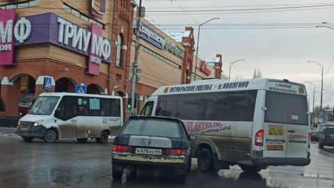 ВАЗ врезался в маршрутку на Кутякова