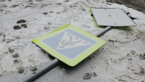 Администрация пообещала вернуть сорванный ветром знак пешеходного перехода
