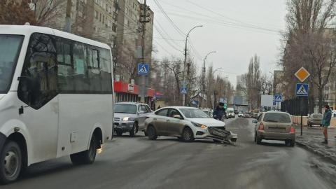 Две иномарки парализовали движение у саратовского вокзала
