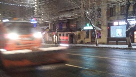Мэрия: в Саратове убирают снег круглосуточно