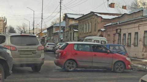 Skoda вынесло на встречную полосу в Волжском районе