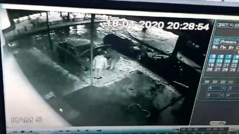 Двоих парней застали за кражей аккумулятора из автомобиля | Видео
