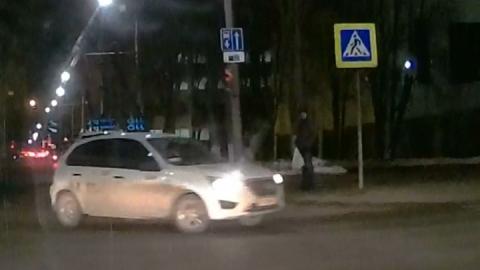Таксист проехал под кирпич на Университетской | Видео