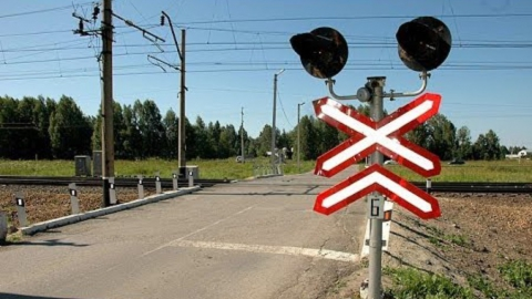 «Волга» собрала «паровоз» перед железнодорожным переездом