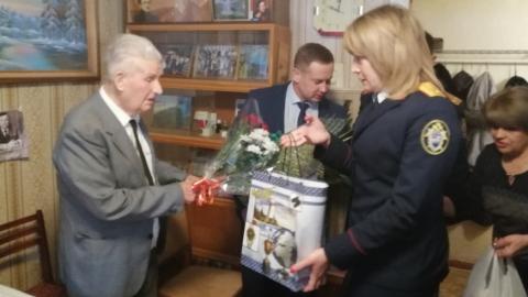 99-летний ветеран получил подарки от Следственного комитета