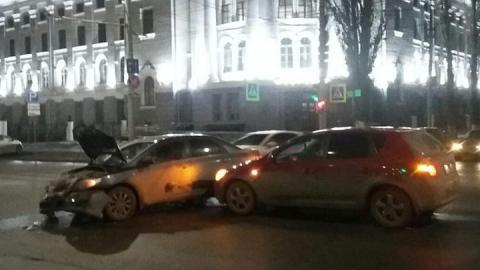В Саратове напротив института Росгвардии разбились две иномарки
