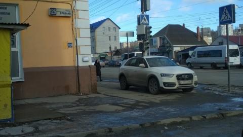 Очередной любитель парковки на тротуаре замечен в Кировском районе