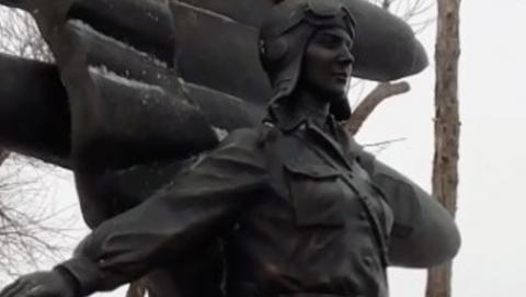 В Энгельсе установлен новый памятник Марине Расковой