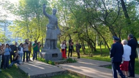 Памятник Расковой перевезут из Энгельса в Саратов