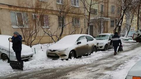 Коммунальные службы города продолжают расчистку улиц от снега и наледи