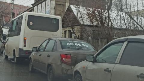 Маршрутка и такси устроили ДТП «паровозик»