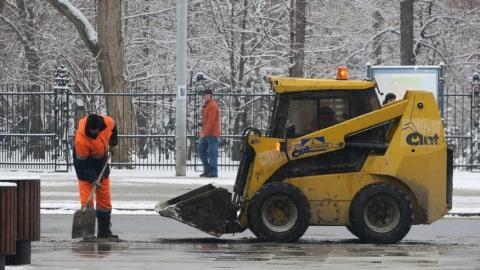 Продолжается уборка города от снега и льда