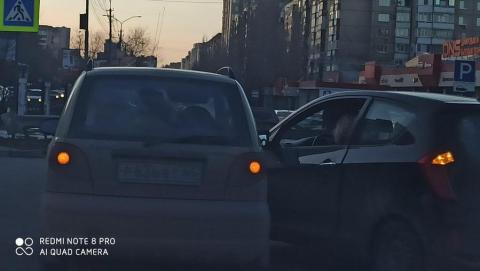 Две автоледи на малолитражках не поделили перекресток