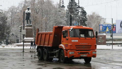 Свыше 230 рабочих расчищают городские улицы от наледи
