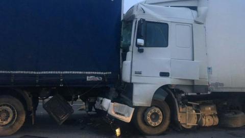 Два грузовика столкнулись в Энгельсском районе на рассвете