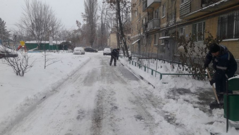 Более 1700 саратовцев борются со снегом