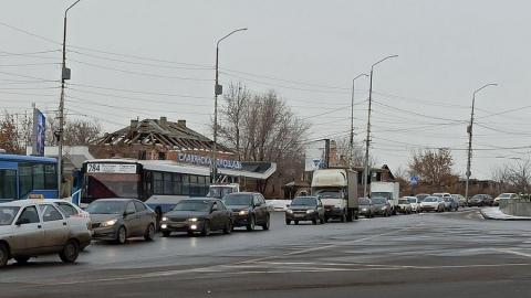 «Древний» ВАЗ парализовал движение на мосту Саратов-Энгельс