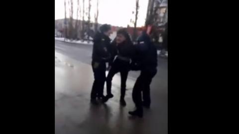 Балаковец жалуется на полицейских, якобы применивших насилие и подбросивших наркотики - ВИДЕО