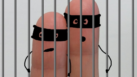 Медицинский работник согласился принести заключенному наркотики
