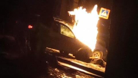 Ранним утром в Ленинском районе сгорело авто на газу  | Видео