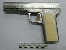 Саратовец нашел пистолет в мусорном баке