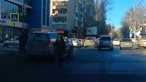 Женщина пыталась разогнать машины в центре Саратова | Видео