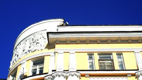 Кусок исторического здания грозит макушкам саратовцев