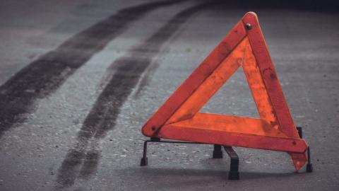 Mercedes сбил перебегавшего дорогу у торгового центра школьника