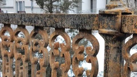 После жалоб саратовцев администрация покрасит ржавую ограду на Радищева