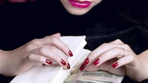 Очередная саратовчанка «подарила» лже-сотруднице банка 24 тысячи рублей