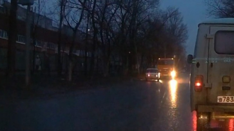 «КамАЗ» «поймал» нарушителя на встречной полосе - Видео
