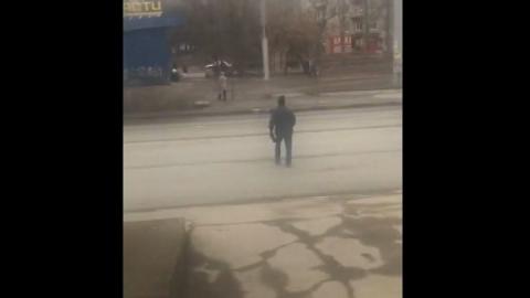 Пешеходы перебегают дорогу в опасном месте | Видео