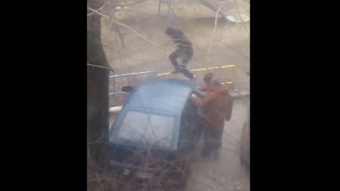 Попытка угона машины тремя подростками попала на видео