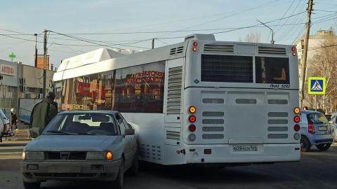 Автобус разбил иномарку и устроил огромную пробку