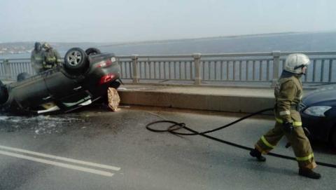 Иномарка перевернулась на мосту и загорелась