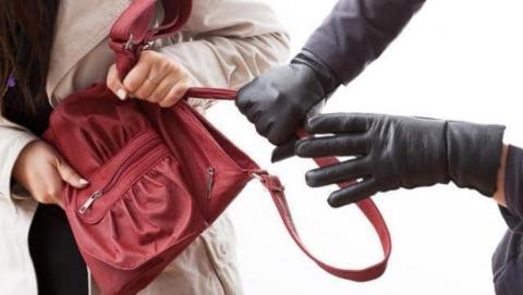 В центре Энгельса женщину залили «перцовкой» и отобрали 65,5 тысяч рублей