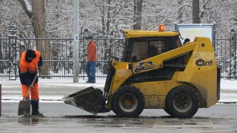 Саратов чистят от снега и льда 226 рабочих