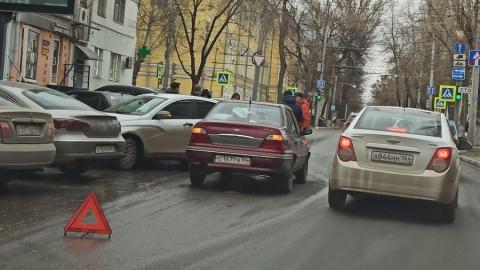 Иномарка и «Лада» не поделили парковочное место и устроили огромную пробку